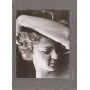 Une Femme des années 30, d'Ergy Landau, reproduction photo noir et blanc sur grande carte postale.