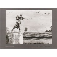 Monument aux Morts de Monpazier photo de Robert Doisneau en carte postale