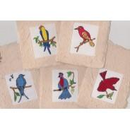 Jeu de 5 oiseaux brodés montés en cartes de papier épais  fabriquées entièrement main.