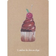 Cupcake chocolat intense, rubis et émeraude, carte postale bijou en pâtisserie